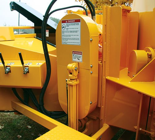 Dual Lift Cylinders provide crushing power when necessary and allow easy access to the anvil. Mounting these dual lift cylinders low on the sides allows for a full 360 discharge chute rotation.