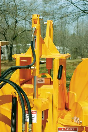 Dual Lift Cylinders provide crushing power when necessary and allow easy access to the anvil. Mounting these dual lift cylinders low on the sides allows for a full 360° discharge chute rotation.