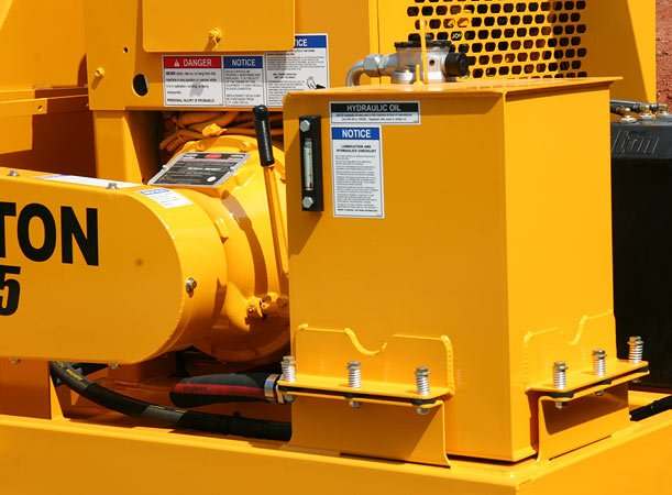 Spring Mounted Steel Tank resists vibration and cracking. Hydraulic filter is mounted inside the tank to avoid damage.