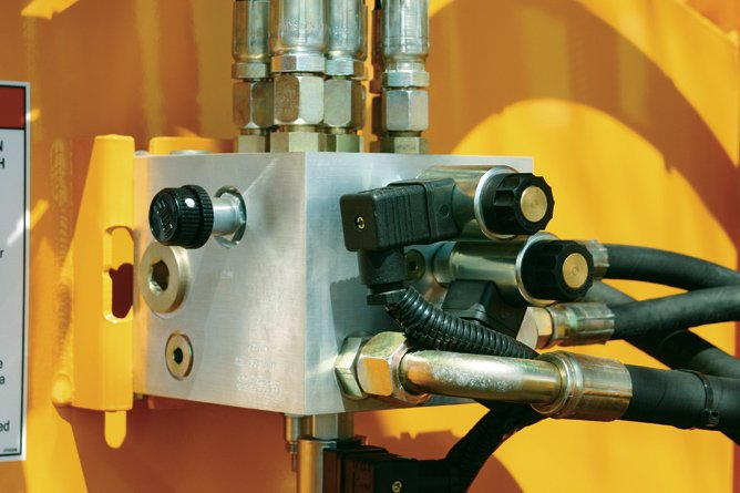 Integrated Single Manifold Hydraulic System simplifies the system reducing the number of hoses needed and reduces leak points. Variable speed feed control is standard on all J.P. Carlton chippers.