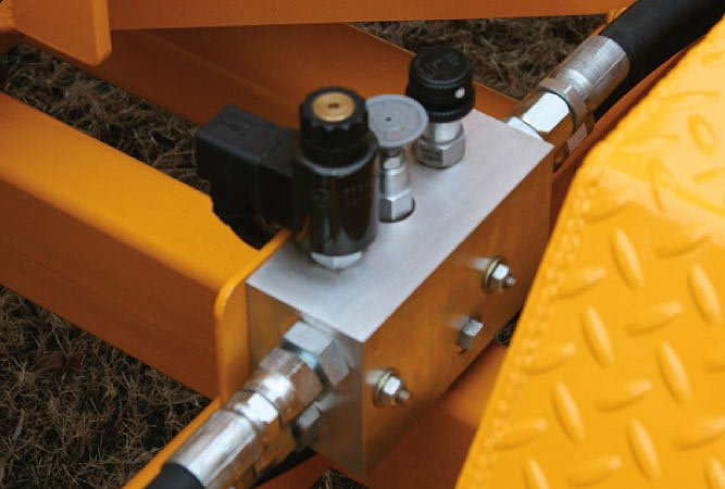 Integrated Single Manifold Hydraulic System simplifies the system reducing the number of hoses needed and reduces leak points. Variable feed speed control is standard on the 1712.